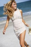 Het sexy blonde lopen op strand Stock Foto
