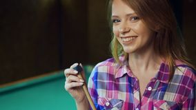 Het sexy blondemeisje wrijft het richtsnoer met krijt stock video