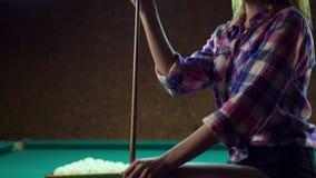 Het sexy blondemeisje wrijft het richtsnoer met krijt stock videobeelden