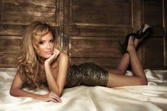 Het sexy blondeschoonheid stellen. Royalty-vrije Stock Fotografie