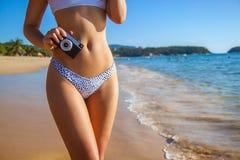 Het sexy de vrouwenzon van het bikinilichaam het looien ontspannen op perfect tropisch strand en turkoois oceaanwater royalty-vrije stock foto's