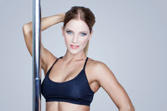 Het sexy donkerbruine portret van de pooldanser Stock Afbeeldingen