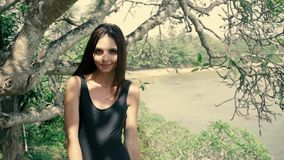 Het sexy donkerbruine vrouw stellen in modieuze lingerie in wildernis, meisjestoerist stock footage