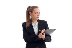 Het sexy ernstige blonde in een Bureaukostuum maakt ingangen in het Tabletclose-up Royalty-vrije Stock Fotografie