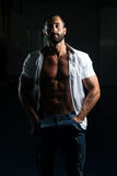 Het sexy Italiaanse Mens Stellen in Wit Overhemd royalty-vrije stock foto