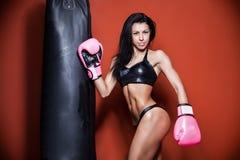 Het sexy jonge en geschikte vrouwelijke vechter stellen in gevecht royalty-vrije stock fotografie