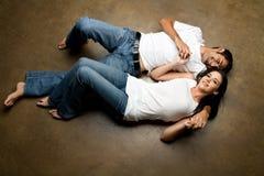 Het sexy jonge etnische paar ontspannen op de vloer stock foto