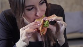 Het sexy jonge meisje eet sedvich Close-up Het concept de snelle snack en zwaarlijvigheidsmaatschappij Voedsel voor freelancer stock videobeelden