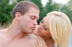 Het sexy jonge paar kussen Stock Foto's