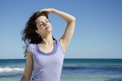 Het sexy jonge vrouw stellen bij strand royalty-vrije stock afbeelding