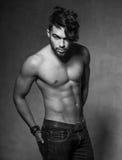 Het sexy maniermens model hoogste naakte stellen dramatisch tegen grungemuur Royalty-vrije Stock Foto's