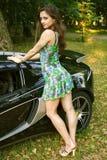 Het sexy meisje dichtbij auto Royalty-vrije Stock Foto's