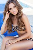 Het sexy meisje draagt luipaard gedrukt bikini dichtbij zwembad Royalty-vrije Stock Afbeeldingen