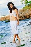 Het sexy meisje loopt bij een strand royalty-vrije stock foto