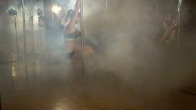 Het sexy meisje spinnen rond een pool in dark stock footage