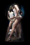 Het sexy meisje stellen in lingerie binnen van antieke binnenlandse ruimte Stock Foto's
