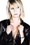 Het sexy Meisje van de Blonde met het Zwarte Jasje van het Leer royalty-vrije stock fotografie