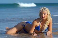 Het sexy meisje van de strandbikini stock fotografie