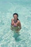Het sexy meisje zwemmen Stock Foto's