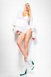 Het sexy model van de maniervrouw gekleed in wit die zonnebril stellen dragen betoverend mooi in de studio royalty-vrije stock afbeeldingen
