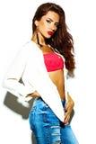 Het sexy model van het manier donkerbruine meisje in vrijetijdskleding Stock Afbeelding