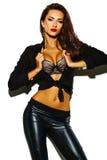 Het sexy model van het manier donkerbruine meisje in zwarte kleren Royalty-vrije Stock Afbeelding