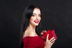 Het modelGirl portret van Valentine Schitterende jonge donkerbruine vrouw met rode giftdoos Perfect maak omhoog De Dag donke Royalty-vrije Stock Foto's