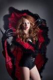 Het sexy modieuze duivel stellen bij camera Stock Fotografie