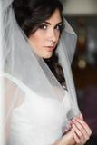 Het sexy ontspannen donkerbruine bruid stellen dichtbij wit venster Royalty-vrije Stock Fotografie