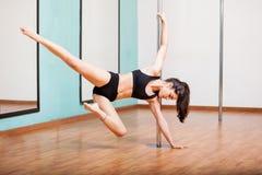 Het sexy pooldanser uitwerken Stock Foto