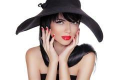 Het sexy Portret van de Manier Donkerbruine Vrouw in zwarte hoed dat op Wh wordt geïsoleerd Royalty-vrije Stock Afbeeldingen