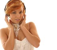 Het sexy redhead meisje luistert aan de muziek Royalty-vrije Stock Foto