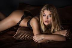 Het sexy Stellen van de Vrouw van de Blonde in Lingerie Stock Foto