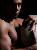 Het sexy topless portret van de rugbymens stock afbeelding