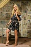 Het sexy vrouw stellen door bed Royalty-vrije Stock Fotografie