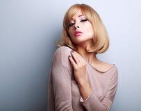 Het sexy vrouwelijke model stellen met blonde korte haarstijl Stock Fotografie
