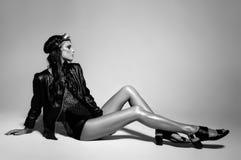 Het sexy vrouwenmodel kleedde punk, natte blik, die in de studio stellen Royalty-vrije Stock Afbeeldingen