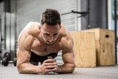 Het Shirtless mens planking royalty-vrije stock afbeeldingen