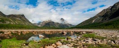 Het Siberische Wild, Kodar-Waaier Steenrivier Syulban stock foto