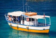 Het sightseeing van boot bij Comino-eiland, Malta Royalty-vrije Stock Foto's