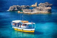 Het sightseeing van boot bij Comino-eiland, Malta Stock Foto