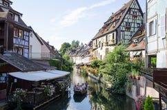 Het sightseeing van boot bij de rivier in Colmar, Frankrijk Stock Afbeelding