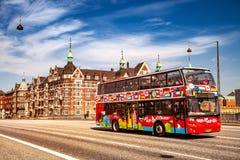 Het sightseeing van bus met toeristen op straat in Kopenhagen, Denemarken royalty-vrije stock afbeeldingen