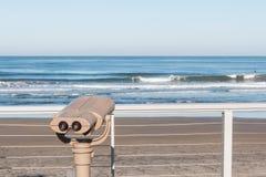 Het sightseeing van Verrekijkers die Oceaan overzien in Fletcher Cove Park royalty-vrije stock afbeelding