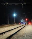 Het signaal van de spoorweg en van de trein bij nacht stock afbeeldingen