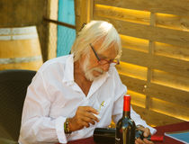 Het signeren van Ierrerichard flessen bij zijn wijnmakerij Stock Afbeeldingen