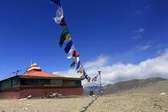 Het sikh bidden markeert naast het Gurudongmar-Meer stock foto's