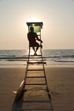 Het silhouet dat van de badmeester tropisch strand overziet Stock Afbeelding