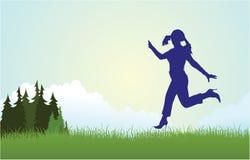 Het silhouet dat van de vrouw op weidevector loopt Stock Afbeeldingen
