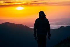 Het silhouet die van de mensenreiziger alleen openlucht bevinden zich Royalty-vrije Stock Fotografie